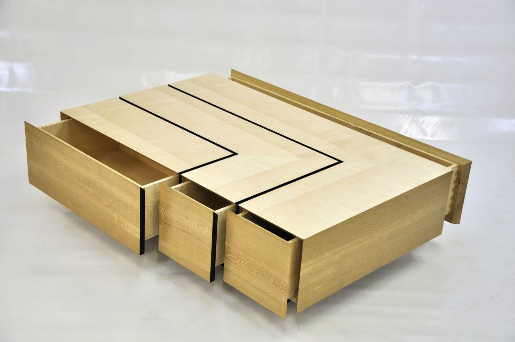 Table basse en chêne massif et placage sycomore ondé.