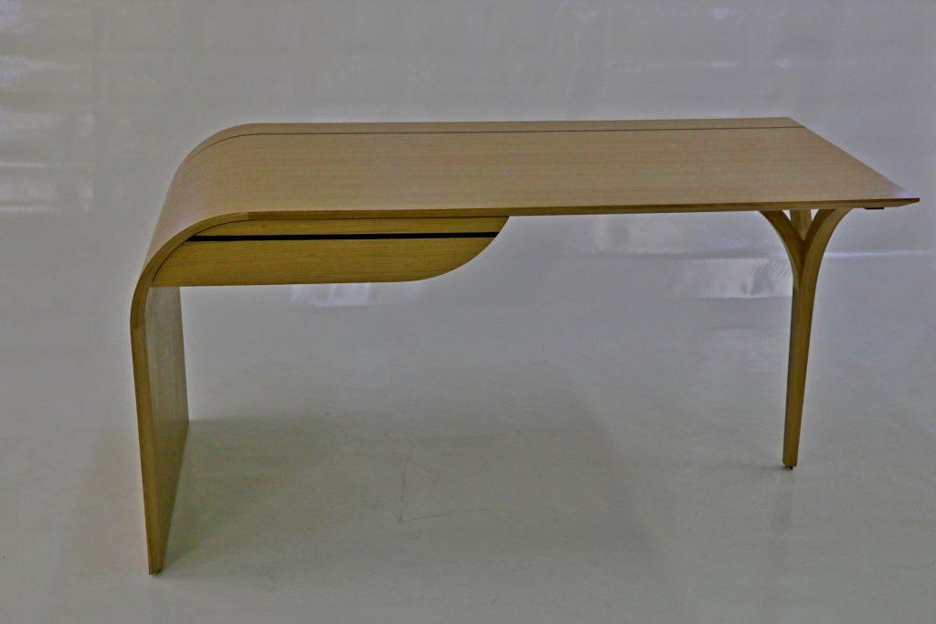 Bureau contemporain plateau cintré plaqué de chêne droit fil avec filet noir, pied cintré en lamellé-collé chêne.