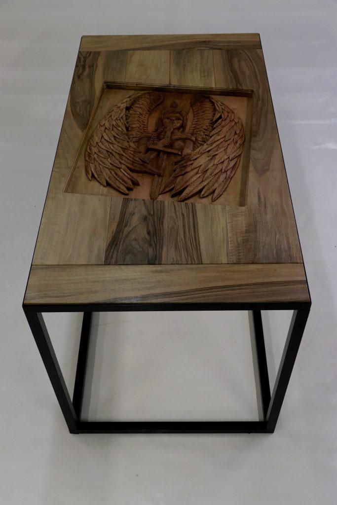 Freyja Table Bas releif en noyer et verre dim 1510x810x860