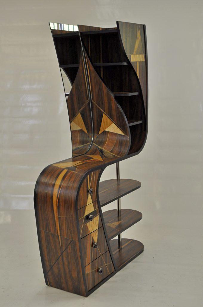 Meuble d'entrée contemporain, structure galbée, entièrement plaqué de divers frisages et essences multiples.