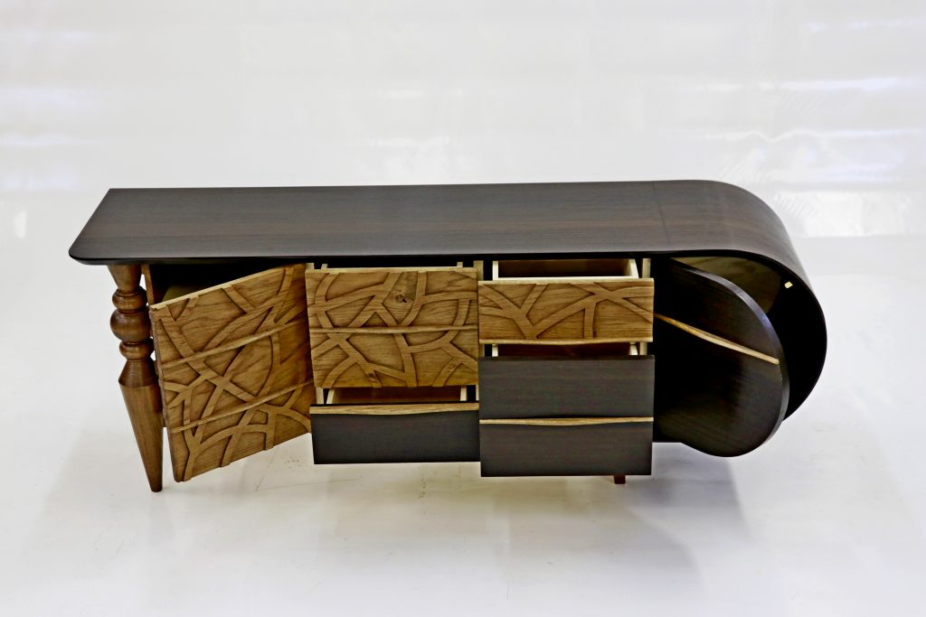 Le meuble télé à l'ombre du chêne meuble TV en chêne et placage Eucalyptus fumé.