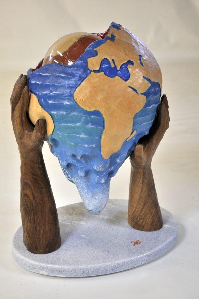 De mains ! - Ronde bosse - Luminaire en noyer et tilleul polychrome avec dorure cuivre rouge à la mixion - socle marbre - dim. 610 x 440 x 340
