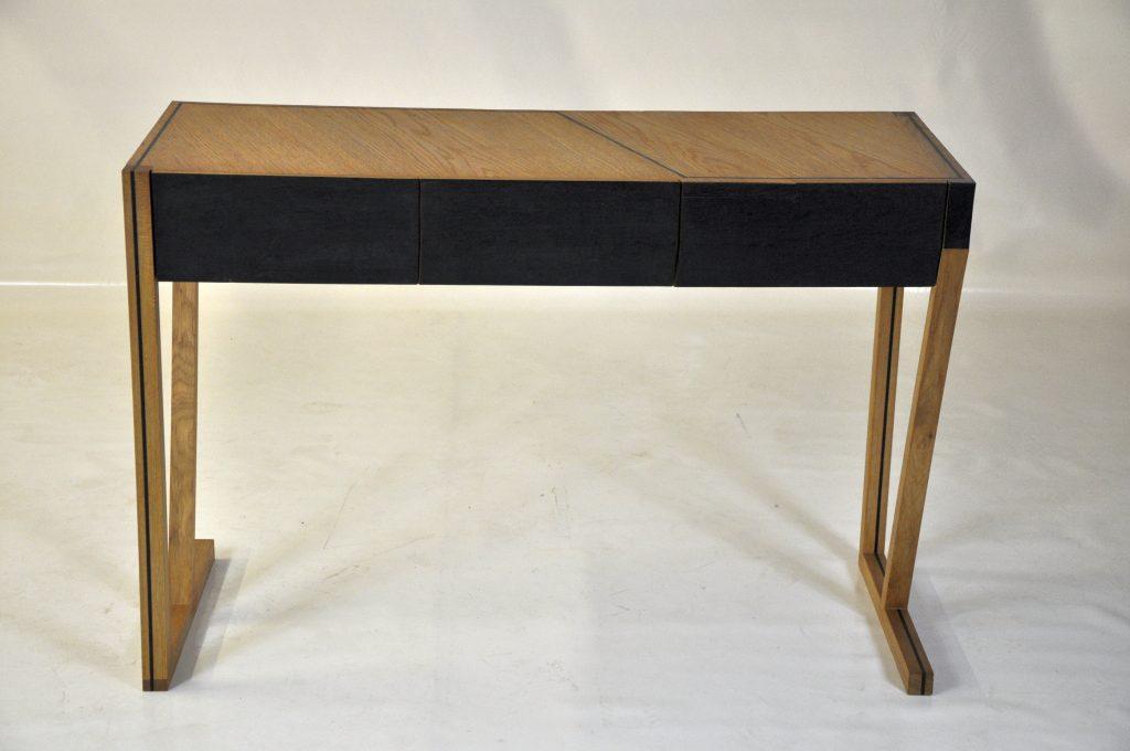 1,618 - Une seule essence pour un bureau linéaire (chêne), trois traitements : bois brut, bois décoloré, bois brûlé.
